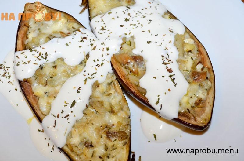 Баклажаны-лодочки с сыром и сметаной